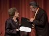 El rector le entrega su diploma de rectora emérita a la doctora Wisotzki.