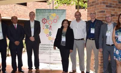 El profesor de Economía Bruno Bellido (segundo de la izquierda) participó en un simposio en Cali, Colombia.