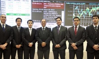 Seis de los alumnos que obtuvieron el CFA, aquí con el profesor Bruno Bellido (centro), coordinador del Laboratorio de Mercado de Capitales.