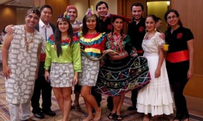 Jéssica Wong Arnao (3.a de la izquierda, adelante) y Luis Francisco Paz Maury (4.o de la izquierda, atrás) junto con otros miembros de la delegación peruana en Japón.