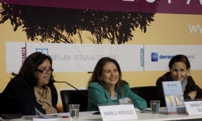María Teresa Quiroz en la presentación de su libro, flanqueada por Marilú Wiegold y Virginia Zavala.