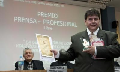 Fabián Vallas (Comunicación), recibiendo el premio de periodismo de la Conferencia Episcopal Peruana.