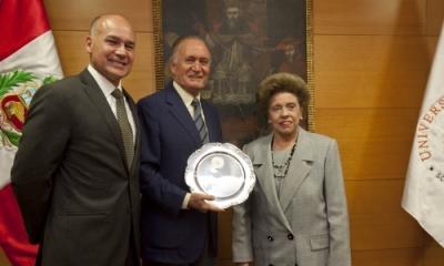 Hugo Delgado Nachtigall, Manuel Delgado Parker y la rectora Ilse Wisotzki.