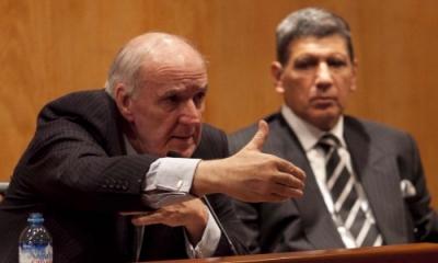 El ex canciller José Antonio García Belaunde. Al fondo, Oswaldo Hundskopf Exebio, decano de la Facultad de Derecho.