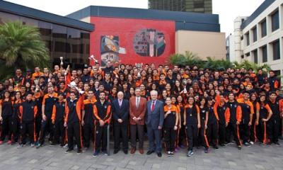 Los deportistas Ulima con el vicerrector Jaime León, el rector Óscar Quezada y el director de Bienestar Fernando Magill.