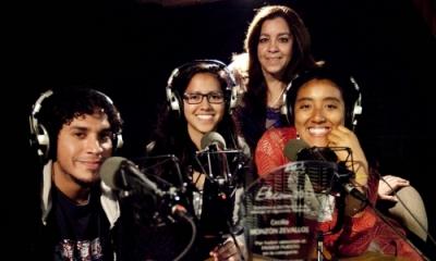 La profesora Cecilia Monzón Zevallos (al fondo) con parte del equipo ganador de la Ulima en Etecom 2013 (radio).