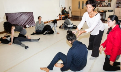 Marien San Nicolás Fernández (de blanco) con miembros del Taller de Danza Contemporánea.
