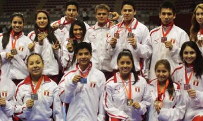Los medallistas Ulima, dentro del equipo peruano de karate.