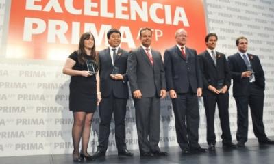 Renzo Ricci y Germán Ramírez-Gastón (centro) rodeados de algunos de los ganadores Ulima.