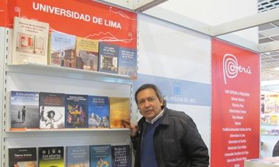 Giancarlo Carbone, director del Fondo Editorial, en el puesto de la Ulima en Fráncfort.