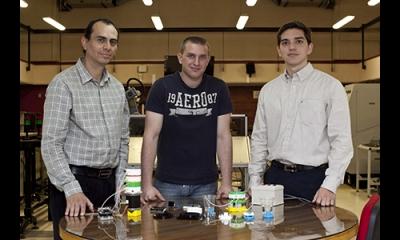 El profesor Fabricio Paredes y los alumnos Mauri Gelmi y Manuel Vergara.