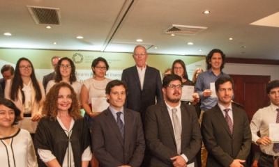 El presidente Pedro Pablo Kuczynski junto a los ganadores del premio de financiamiento del CIES.