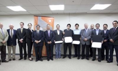 Ganadores de la última edición de Primer Paso, con profesores y autoridades de la Ulima.
