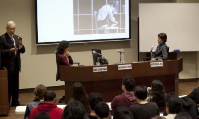 El Dr. Javier Flórez del Águila durante su exposición en el I Jueves de Psicología 2013-2.