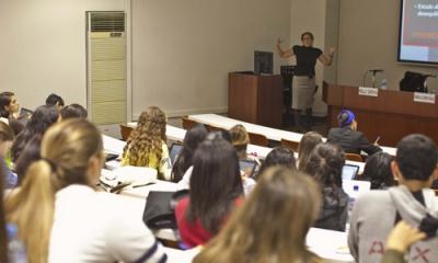 La profesora Nelly Chong en el Jueves de Psicología.