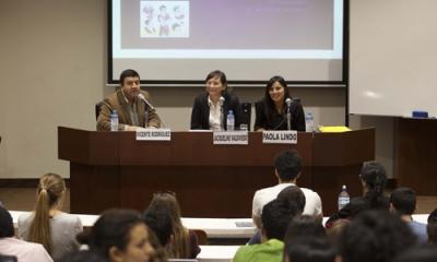 Vicente Rodríguez (moderador), Jacqueline Valdivieso y Paola Lindo en el Jueves de Psicología de la Ulima.