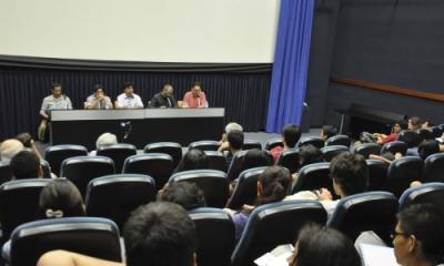 Los directores junto a Emilio Bustamante en la Ventana Indiscreta.