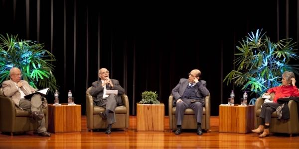 Carlos López Degregori (moderador), Carlos Germán Belli, Miguel Gutiérrez y Sara Joffré.