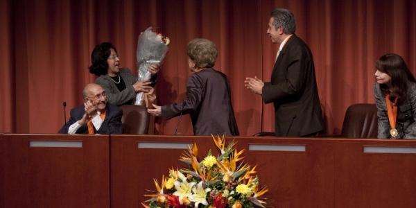 Al final, la rectora emérita recibió un ramo de flores entre aplausos.