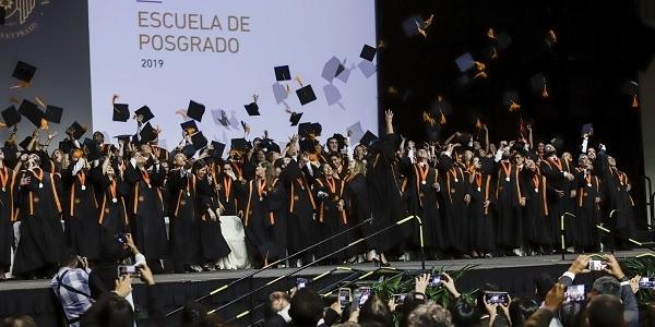 Los graduados desfilaron en medio de aplausos.