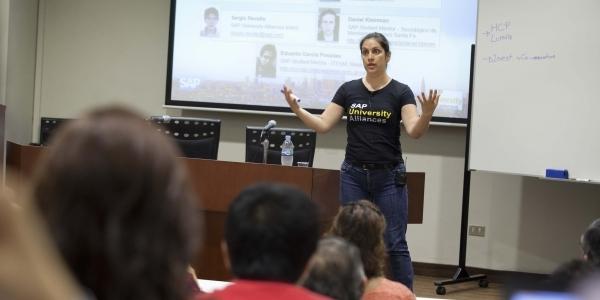 Ruth Zamudio llamó la atención sobre la expansión del internet de las cosas.