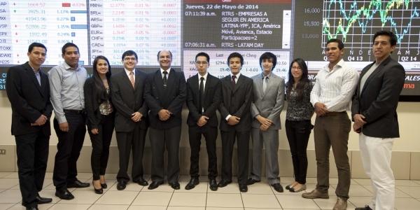 Los alumnos junto al profesor Alfredo Bruno Bellido Anicama, coordinador de nuestro Laboratorio de Mercado de Capitales.