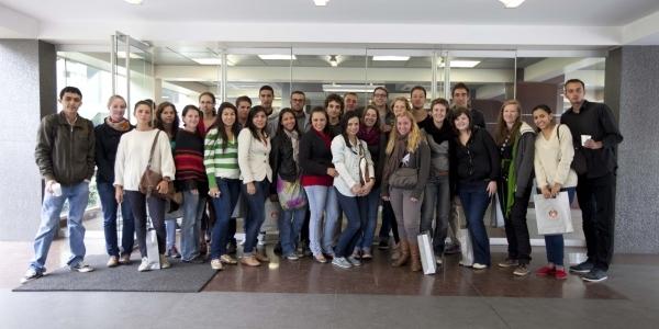 Estudiantes extranjeros de intercambio para el ciclo 2013-2, frente al Edificio D.