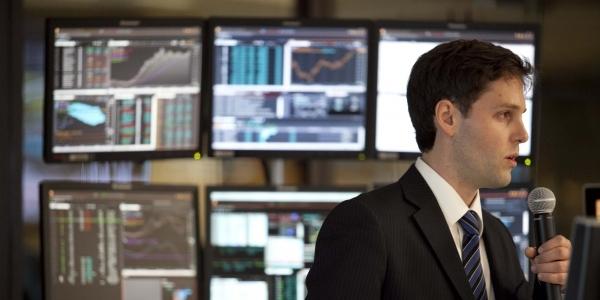 Alex Müller Jiskra (Economía) en el Laboratorio de Mercado de Capitales.