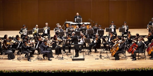La Orquesta de la Universidad de Lima, dirigida por Roberto Tibiriçá.