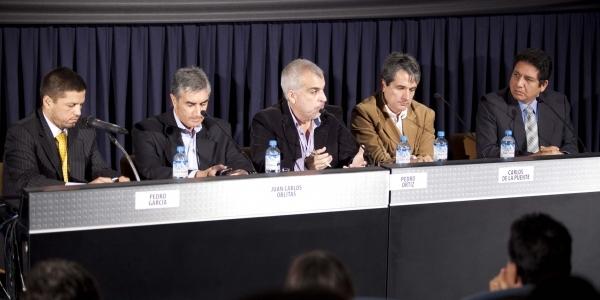 Pedro García, Juan Carlos Oblitas, Pedro Ortiz Bisso (moderador), Carlos de la Puente y Vicente Cisneros.