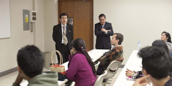 Carlos Paredes Reátegui (izquierda) disertó sobre errores frecuentes en el cálculo de impuestos.