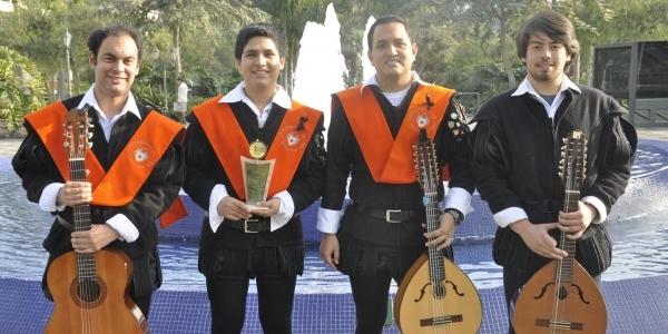 Miembros de la Tuna Ulima con el premio.