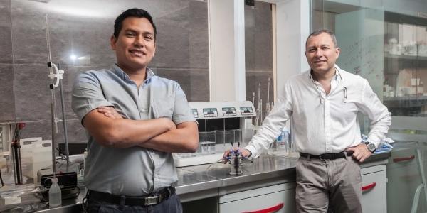 Mario Alarcón (Ingeniería Industrial) y el profesor Javier Quino Favero.