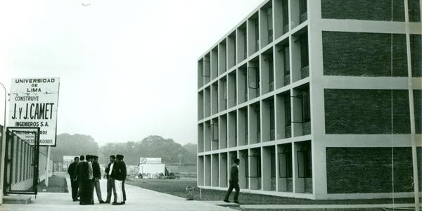 Alumnos frente al Edificio A