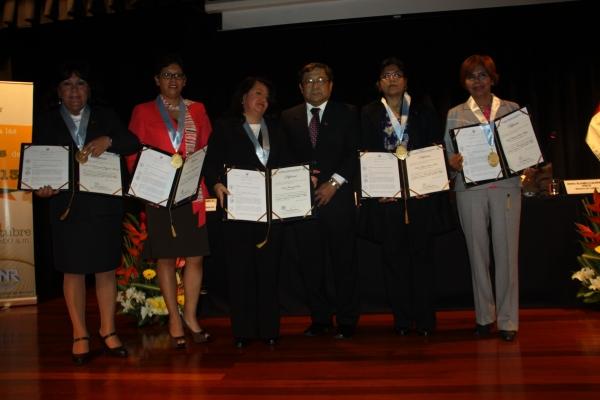 Nancy Chasquibol (centro) junto a otras de las investigadoras reconocidas.
